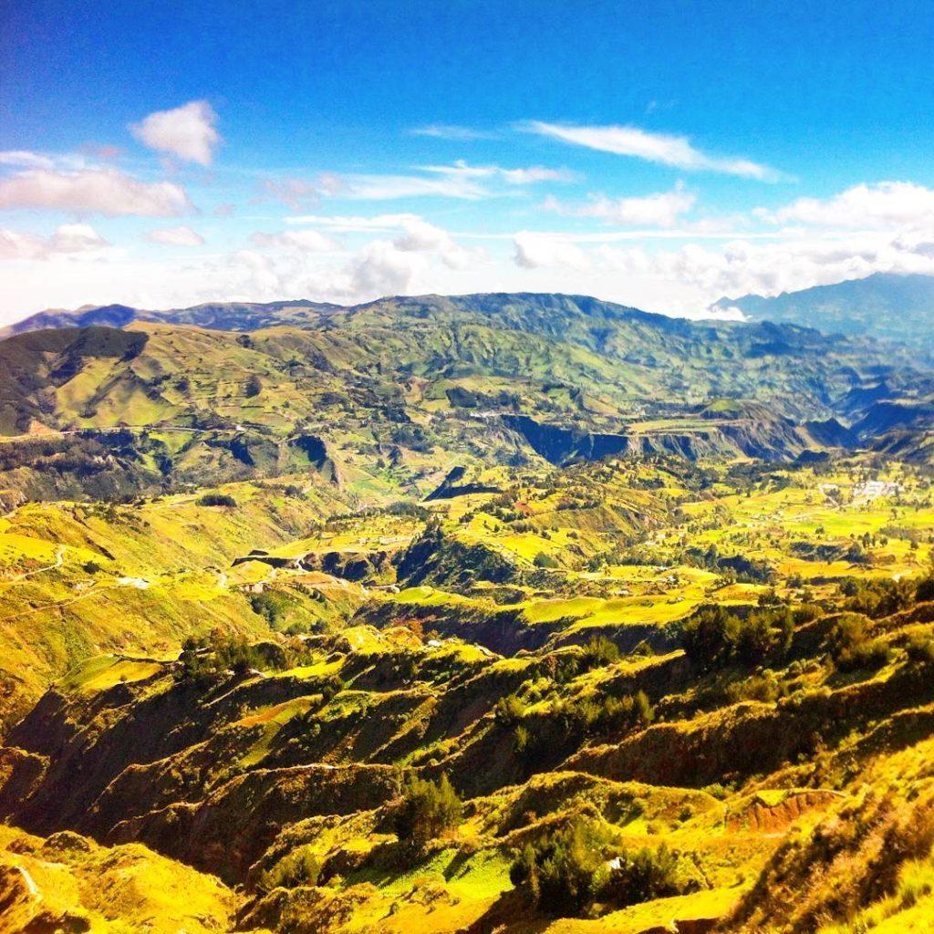 quilotoa caldera hike zumbahua ecuador landscape ilinizas cotopaxi