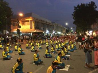 Loi Krathong candle dance 1