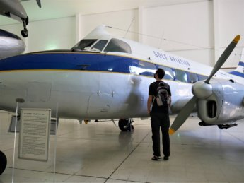 18 jonas airplane gulf air old plane museum sharjah